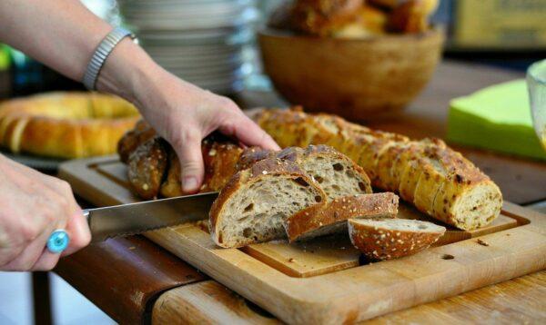 Brotschneidemaschinen nutzen oder manuell schneiden